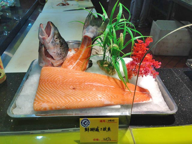 salmon-displayed-in-a-seafood-restaurant-in-china (Photo C/O Sea Grant)_